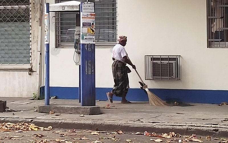 Heureusement « les femmes balayeuses » sont toujours là pour le nettoyage de la ville et le ramassage des ordures à Abidjan.
