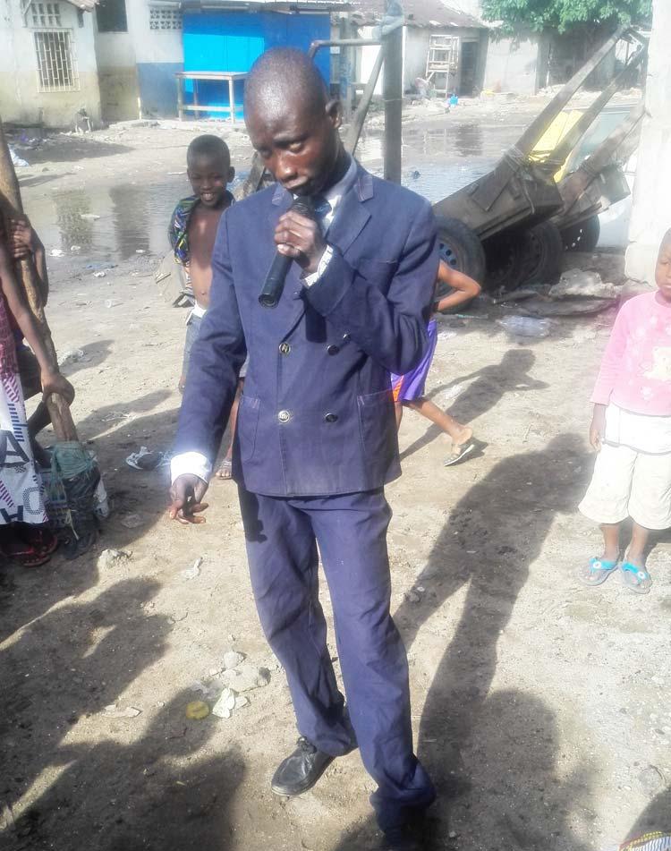 Les quartiers africains fourmillent de nouveaux talents: Un jeune chanteur en direct en pleine démonstration avec déjà un jeune public acquis.