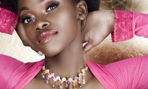 Faux cils femme africaine