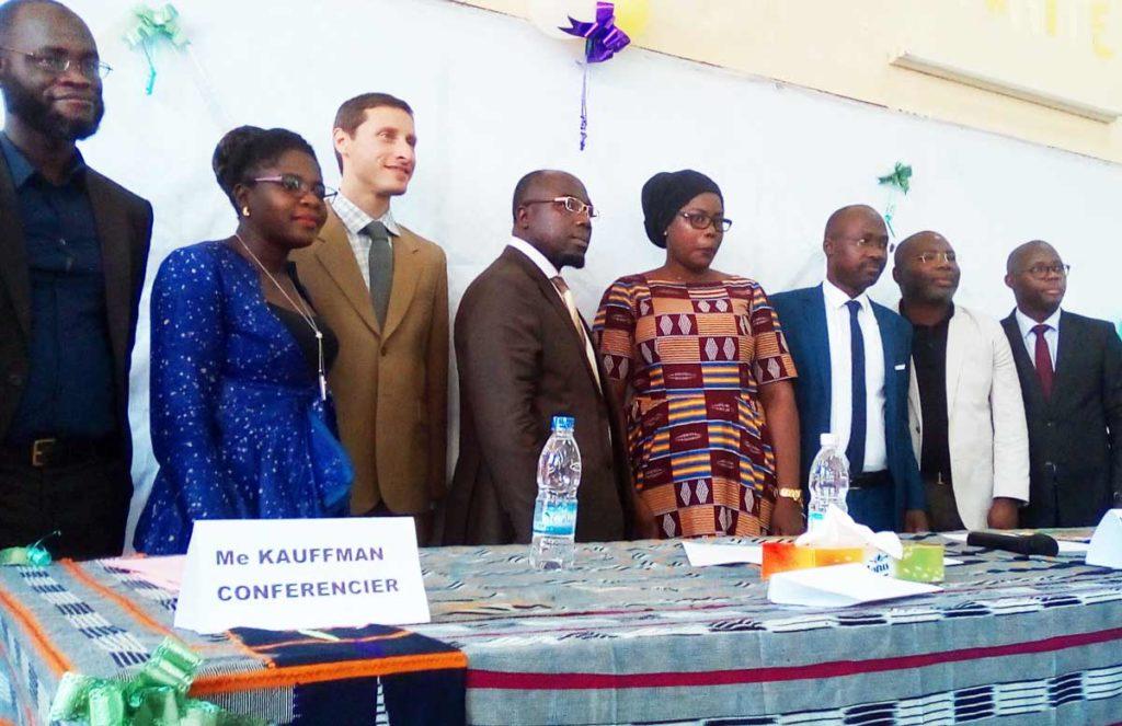 Université Ouattara : Les conférenciers posant avec les doyens de la faculté de droit.